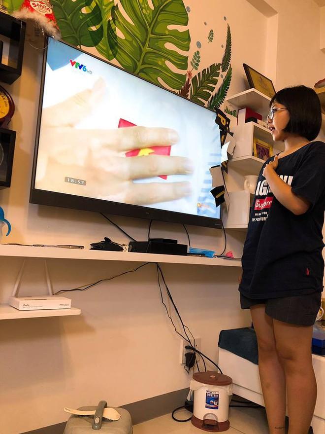 Khoe cháu gái hát quốc ca cùng ĐT Việt Nam, dân mạng chỉ ra điều sai trái trong những bức hình - Ảnh 2.