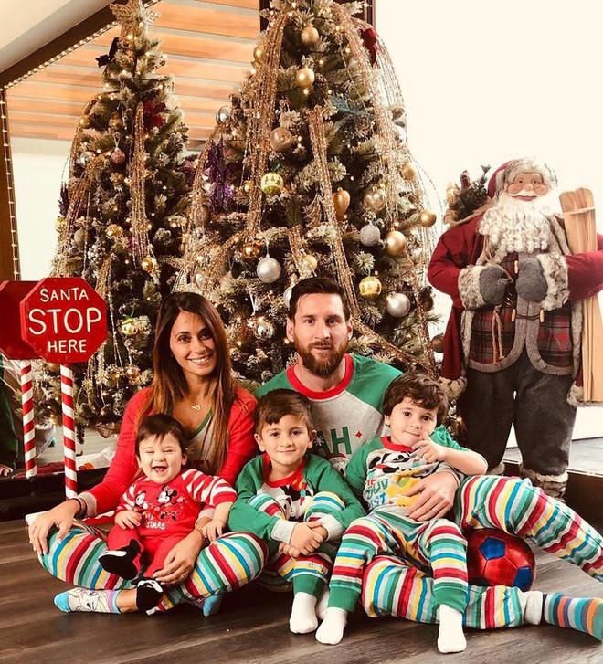 Ronaldo, Messi và các sao bóng đá quây quần bên gia đình trong đêm Giáng sinh ấm áp - Ảnh 2.