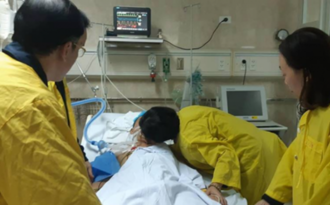 Nụ hôn vĩnh biệt của người vợ dành cho chồng chết não quyết hiến tặng sự sống cho 5 người khác gây xúc động mạnh