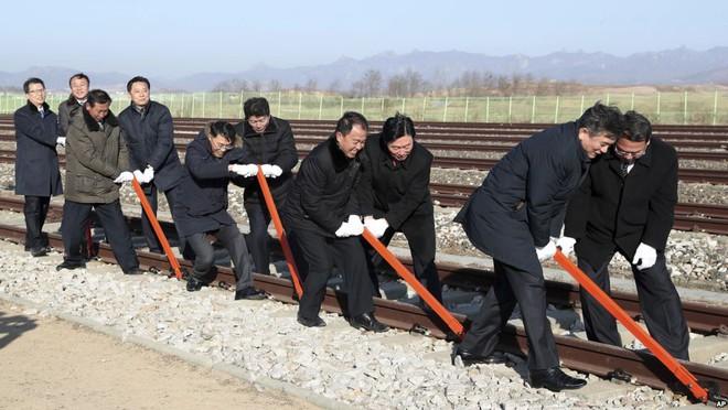 24h qua ảnh: Người dân Trung Quốc thưởng thức lẩu nóng ngoài trời lạnh giá - Ảnh 6.