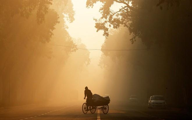24h qua ảnh: Người dân Trung Quốc thưởng thức lẩu nóng ngoài trời lạnh giá - Ảnh 4.