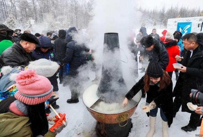 24h qua ảnh: Người dân Trung Quốc thưởng thức lẩu nóng ngoài trời lạnh giá - Ảnh 2.