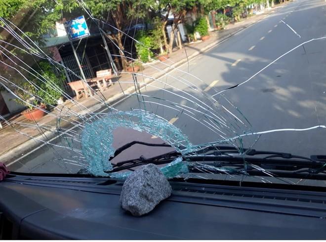 Hàng loạt ô tô bị ném đá suốt 1 tháng, chỉ vì 1 lần nhóm thiếu niên bị đèn xe chiếu vào mắt - Ảnh 1.