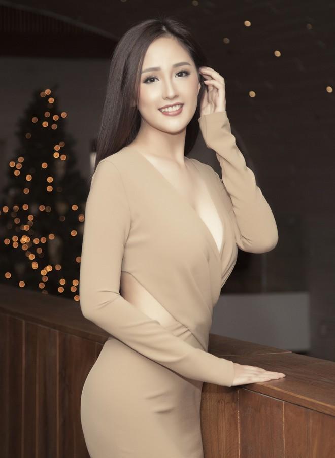 Hoa hậu Mai Phương Thúy mặc đầm gợi cảm, đọ sắc bên HHen Niê - Ảnh 2.