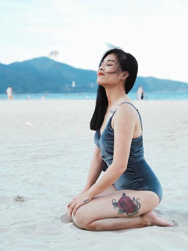 Được khuyên xóa hình xăm ở ngực đi sẽ đẹp hơn, MC Hoàng Linh đã phản pháo nhẹ nhàng mà cực gắt - Ảnh 14.