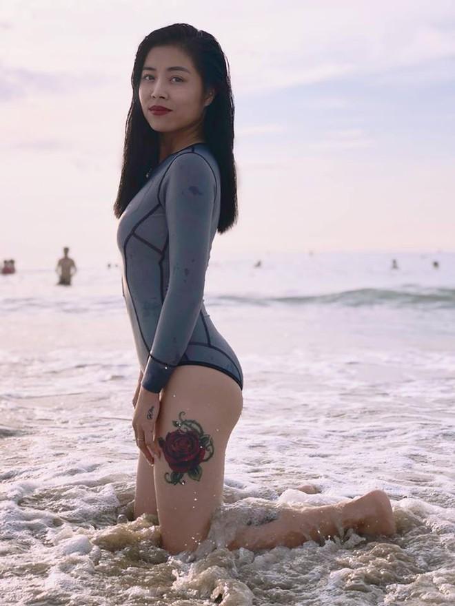 Được khuyên xóa hình xăm ở ngực đi sẽ đẹp hơn, MC Hoàng Linh đã phản pháo nhẹ nhàng mà cực gắt - Ảnh 17.