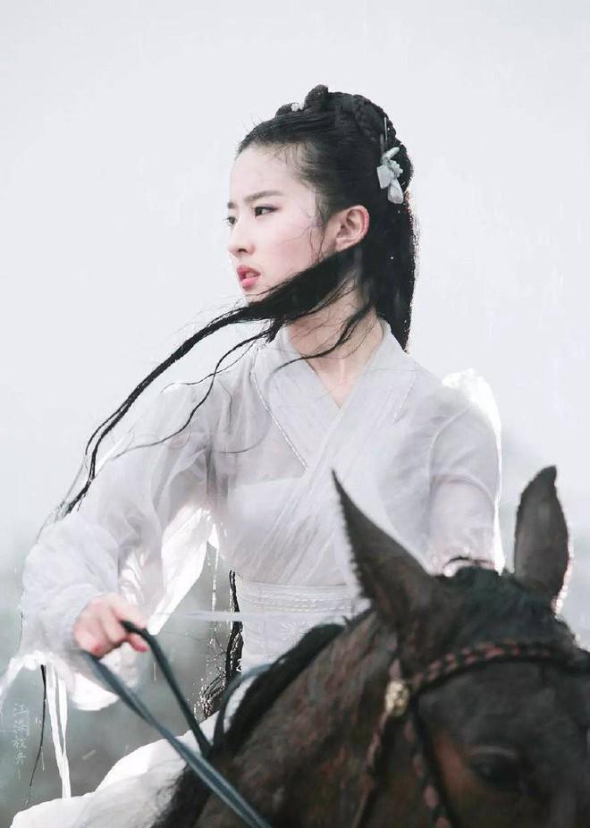 Nhan sắc thật sự của Tiểu Long Nữ mũi to bị photoshop thảm hoạ trên poster Tân Thần Điêu Đại Hiệp 2018 - ảnh 3