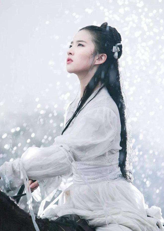 Nhan sắc thật sự của Tiểu Long Nữ mũi to bị photoshop thảm hoạ trên poster Tân Thần Điêu Đại Hiệp 2018 - ảnh 5