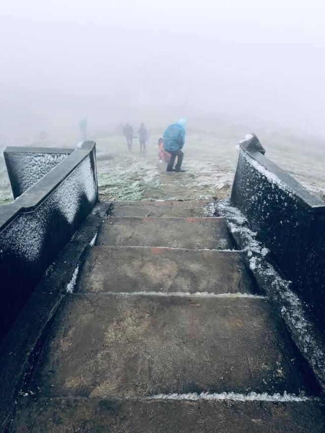 Hình ảnh băng tuyết bao phủ đỉnh Mẫu Sơn trong ngày rét đỉnh điểm - Ảnh 17.