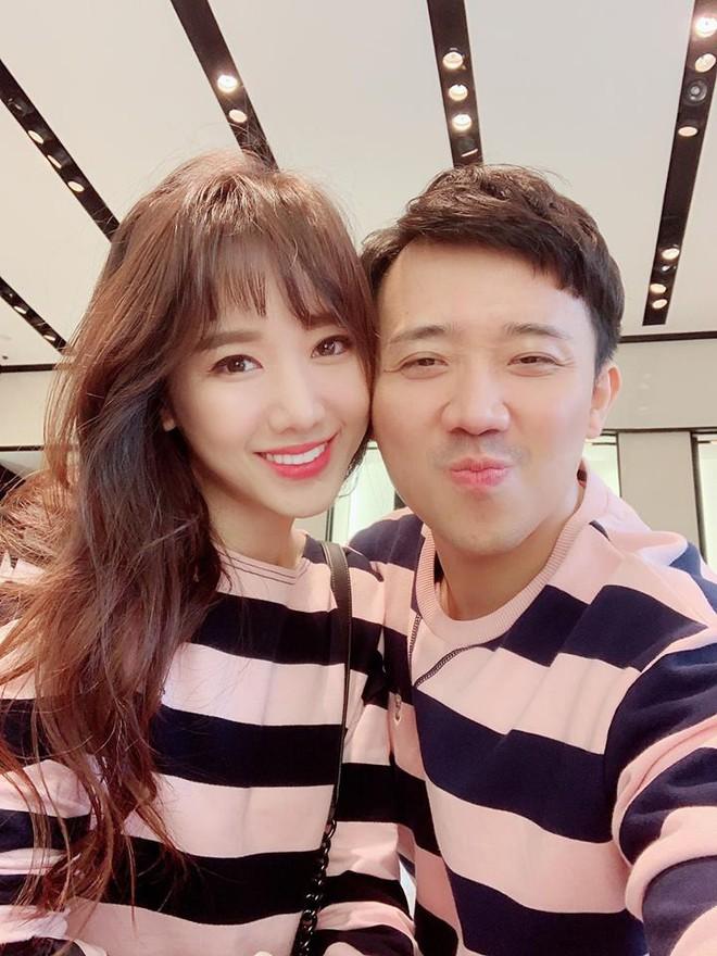 Trấn Thành - Hari Won: Đôi vợ chồng chăm diện đồ đôi nhất showbiz Việt - Ảnh 1.