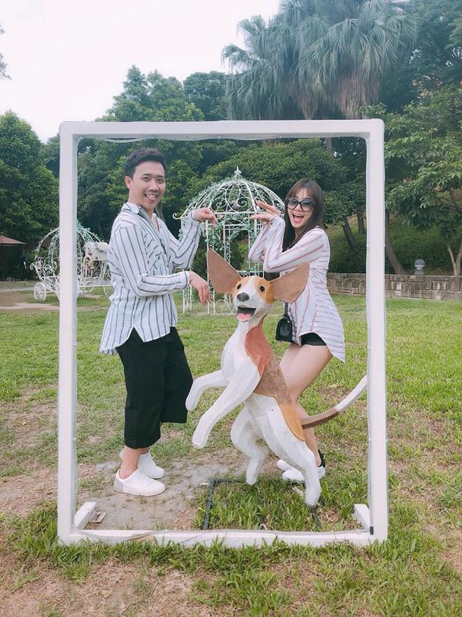 Trấn Thành - Hari Won: Đôi vợ chồng chăm diện đồ đôi nhất showbiz Việt - Ảnh 3.
