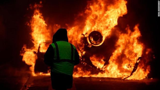 Bạo động ở Pháp: Kinh đô ánh sáng tan hoang trong hơi cay, xe cháy, hàng rào lửa - ảnh 1