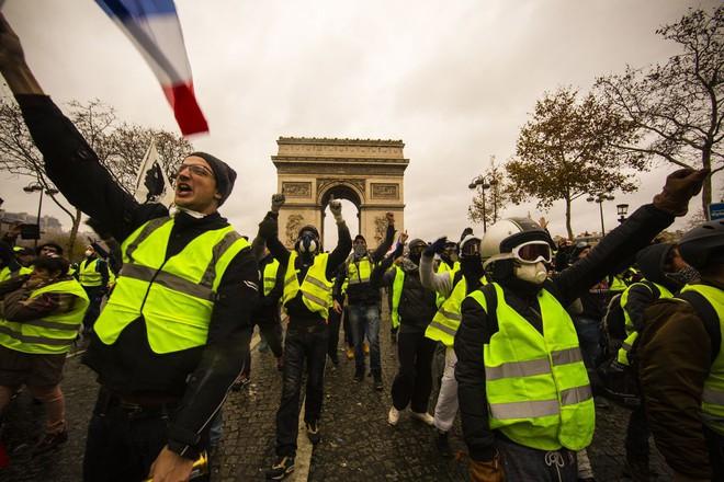 Bạo động ở Pháp: Kinh đô ánh sáng tan hoang trong hơi cay, xe cháy, hàng rào lửa - ảnh 2