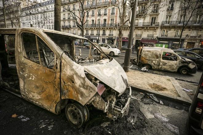 Bạo động ở Pháp: Kinh đô ánh sáng tan hoang trong hơi cay, xe cháy, hàng rào lửa - ảnh 4