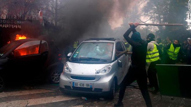 Bạo động ở Pháp: Kinh đô ánh sáng tan hoang trong hơi cay, xe cháy, hàng rào lửa - ảnh 3
