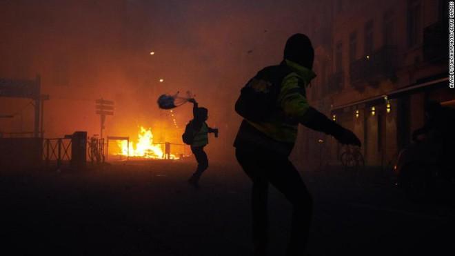 Bạo động ở Pháp: Kinh đô ánh sáng tan hoang trong hơi cay, xe cháy, hàng rào lửa - ảnh 5