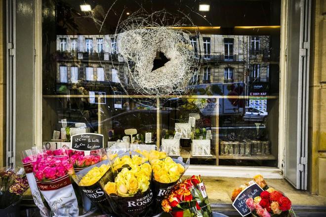 Bạo động ở Pháp: Kinh đô ánh sáng tan hoang trong hơi cay, xe cháy, hàng rào lửa - ảnh 7