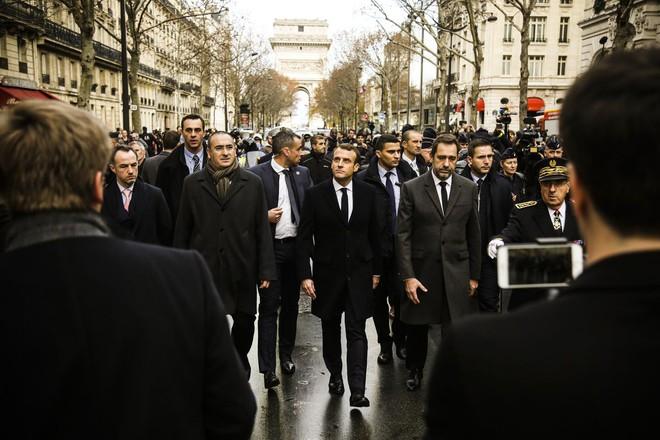 Bạo động ở Pháp: Kinh đô ánh sáng tan hoang trong hơi cay, xe cháy, hàng rào lửa - ảnh 8