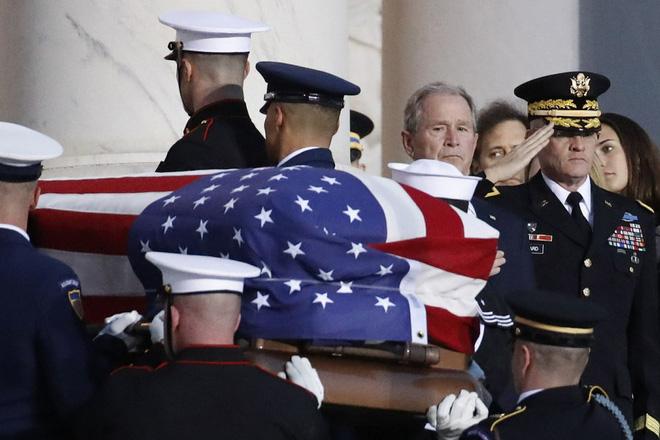 Ảnh: Tổng thống Trump giơ tay chào trước linh cữu cố Tổng thống George H.W. Bush