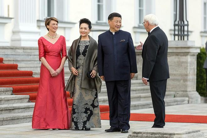 Vì sao ông Tập Cận Bình và tập thể quan chức TQ mặc đồng phục kiểu Tôn Trung Sơn khi thăm Tây Ban Nha? - Ảnh 2.