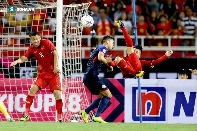 Một, hai... rồi bốn cầu thủ Philippines cũng chẳng ngăn được Quang Hải tỏa sáng - Ảnh 1.