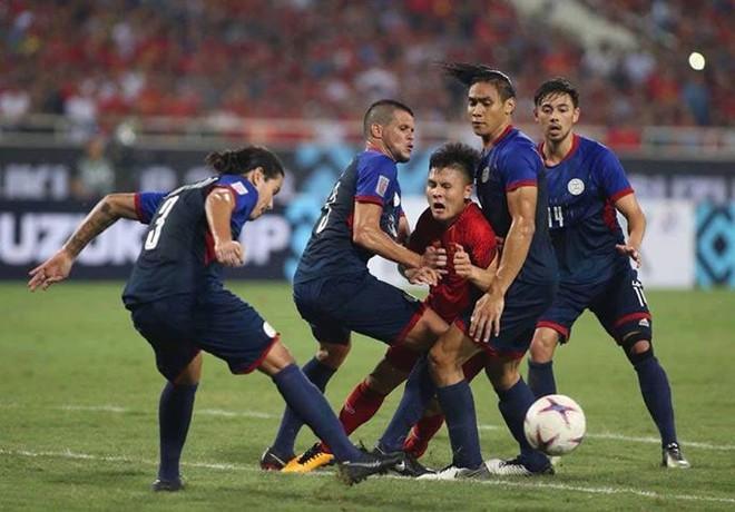 Một, hai... rồi bốn cầu thủ Philippines cũng chẳng ngăn được Quang Hải tỏa sáng - Ảnh 4.