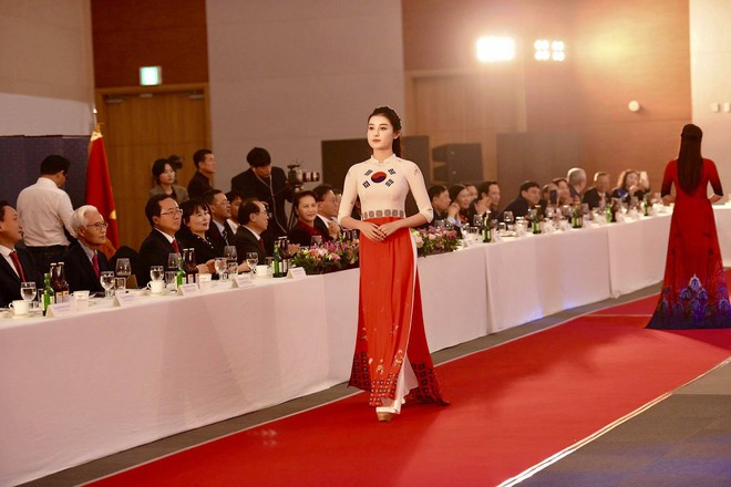Huyền My, Phương Oanh Quỳnh búp bê trình diễn áo dài của NTK Đỗ Trịnh Hoài Nam tại Hàn - Ảnh 6.
