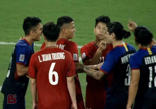 Đình Trọng hiếm hoi gắt, hất mặt chỉ thẳng tay vào cầu thủ cao to của Philippines - Ảnh 1.
