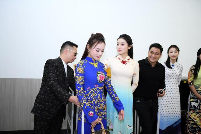 Huyền My, Phương Oanh Quỳnh búp bê trình diễn áo dài của NTK Đỗ Trịnh Hoài Nam tại Hàn - Ảnh 1.