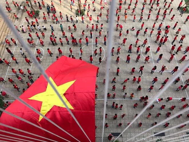 Cạo đầu cháu trai để cổ vũ ĐT Việt Nam, thanh niên nhận phản ứng không ngờ từ dân mạng - Ảnh 2.