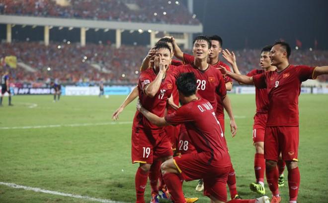 """Việt Nam 2-1 Philippines: Quang Hải, Công Phượng giúp Việt Nam """"nhấn chìm"""" đối thủ"""