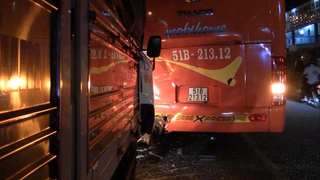 Người phụ nữ nghi ngáo đá lao đầu vào xe khách tự tử trên quốc lộ 13 - Ảnh 1.