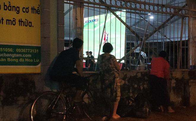 """Khoảnh khắc CĐV Việt Nam cố """"xem ké"""" bóng đá khiến nhiều người xúc động"""