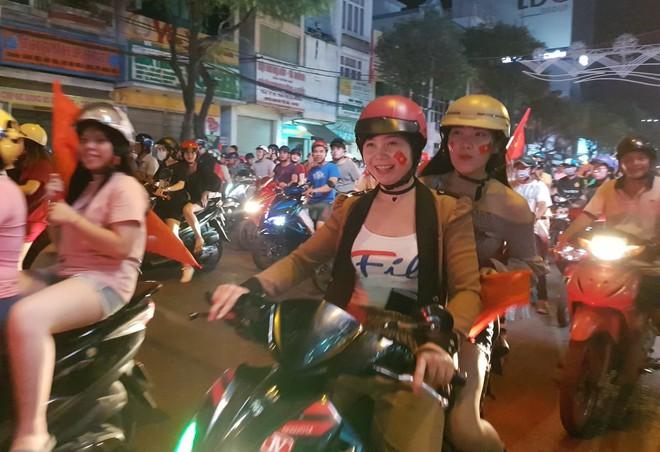 Hàng người ở Cần Thơ đổ về trung tâm Ninh Kiều sau trận thắng của đội tuyển Việt Nam - Ảnh 4.