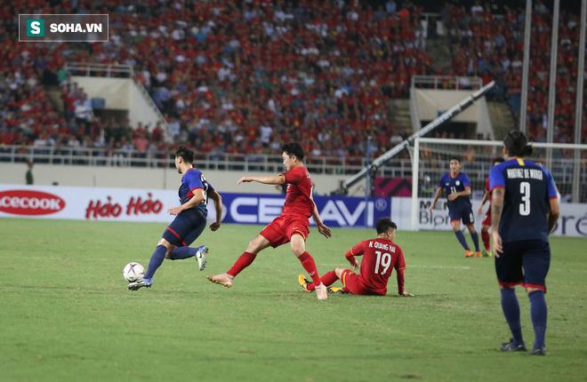 Một, hai... rồi bốn cầu thủ Philippines cũng chẳng ngăn được Quang Hải tỏa sáng - Ảnh 2.
