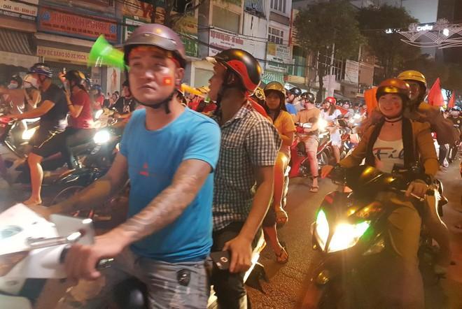 Hàng người ở Cần Thơ đổ về trung tâm Ninh Kiều sau trận thắng của đội tuyển Việt Nam - Ảnh 8.