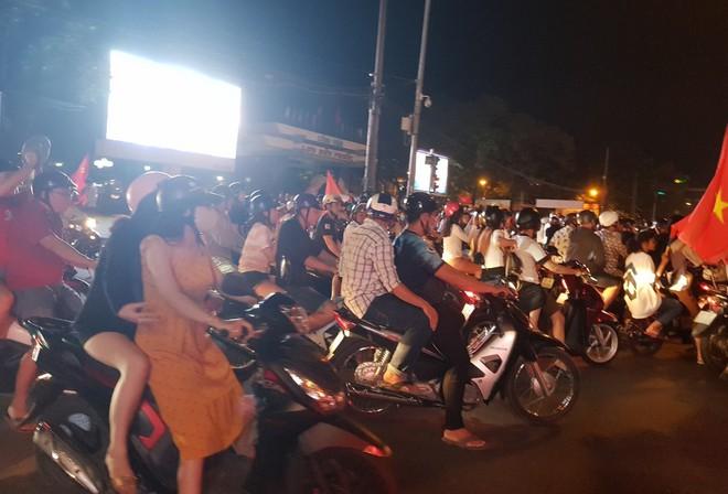 Hàng người ở Cần Thơ đổ về trung tâm Ninh Kiều sau trận thắng của đội tuyển Việt Nam - Ảnh 9.