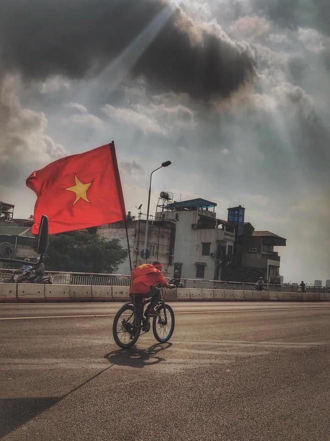 Cổ động viên lái siêu xe mui trần diễu hành quanh hồ Hoàn Kiếm trước trận bán kết - Ảnh 6.