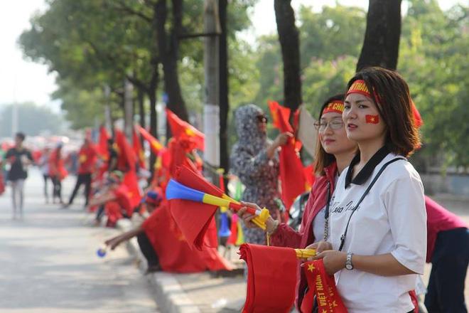Cổ động viên lái siêu xe mui trần diễu hành quanh hồ Hoàn Kiếm trước trận bán kết - Ảnh 4.