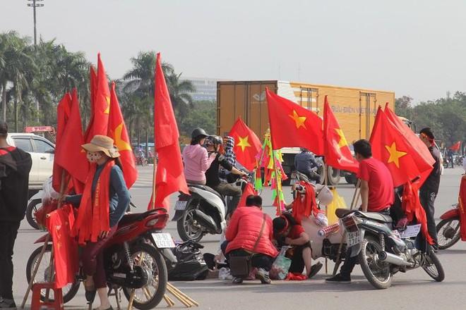Cổ động viên lái siêu xe mui trần diễu hành quanh hồ Hoàn Kiếm trước trận bán kết - Ảnh 5.