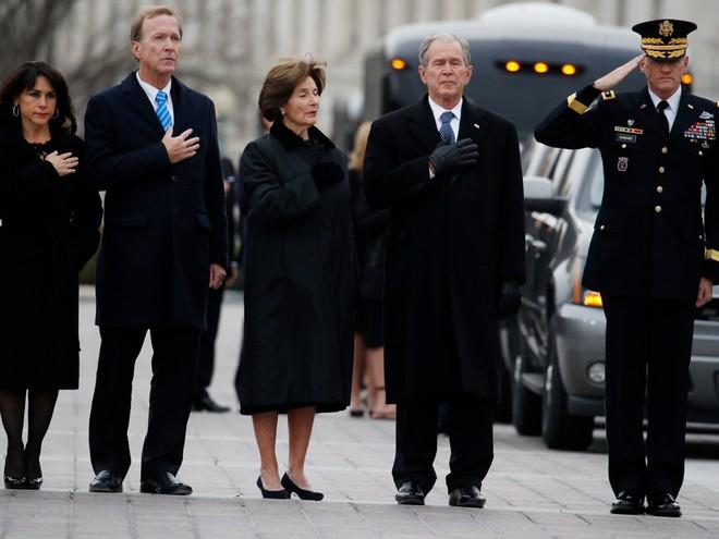 Hình ảnh nghẹn ngào: Vĩnh biệt cha, cựu TT Bush con không kìm được cảm xúc, khóc nức nở  - Ảnh 3.