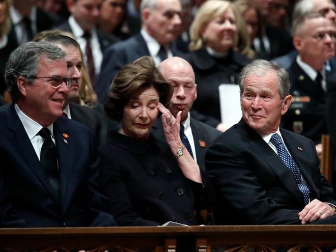 Hình ảnh nghẹn ngào: Vĩnh biệt cha, cựu TT Bush con không kìm được cảm xúc, khóc nức nở  - Ảnh 11.
