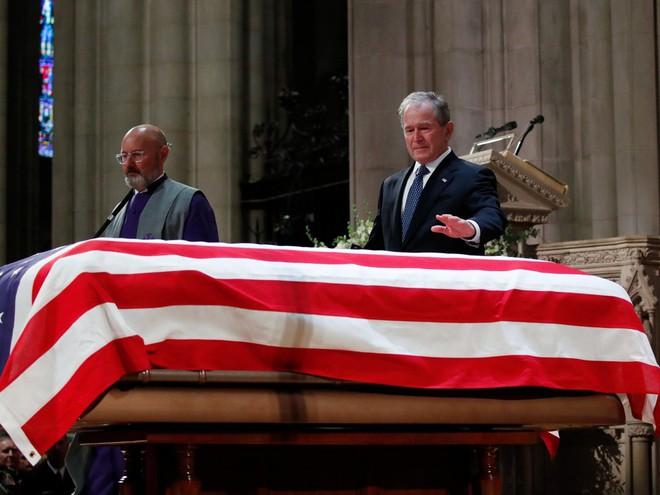 Hình ảnh nghẹn ngào: Vĩnh biệt cha, cựu TT Bush con không kìm được cảm xúc, khóc nức nở  - Ảnh 14.