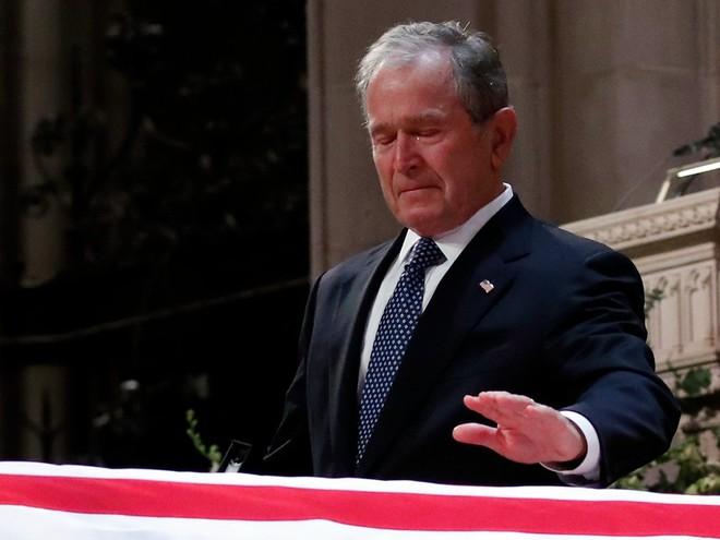 Hình ảnh nghẹn ngào: Vĩnh biệt cha, cựu TT Bush con không kìm được cảm xúc, khóc nức nở  - Ảnh 15.