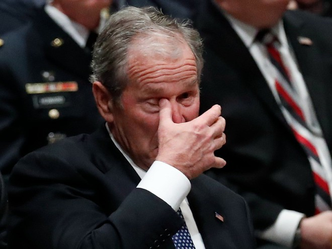 Hình ảnh nghẹn ngào: Vĩnh biệt cha, cựu TT Bush con không kìm được cảm xúc, khóc nức nở  - Ảnh 16.