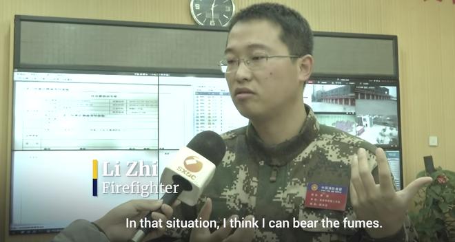 Anh lính cứu hỏa được ca ngợi (Ảnh: cắt từ video, SCMP)