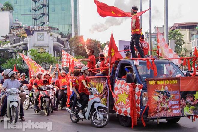 CĐV đốt pháo sáng, diễu hành trước trận Việt Nam - Philippines - Ảnh 3.
