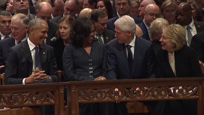 Bức ảnh trước-sau đắt giá và nỗi cô đơn tận cùng của sư tử Trump giữa lễ tang đầy nước mắt - Ảnh 1.