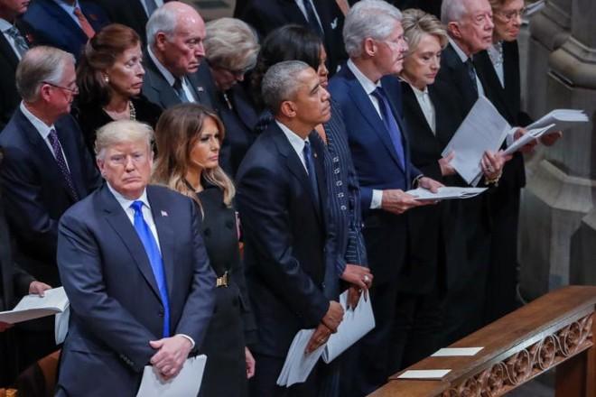Bức ảnh trước-sau đắt giá và nỗi cô đơn tận cùng của sư tử Trump giữa lễ tang đầy nước mắt - Ảnh 4.