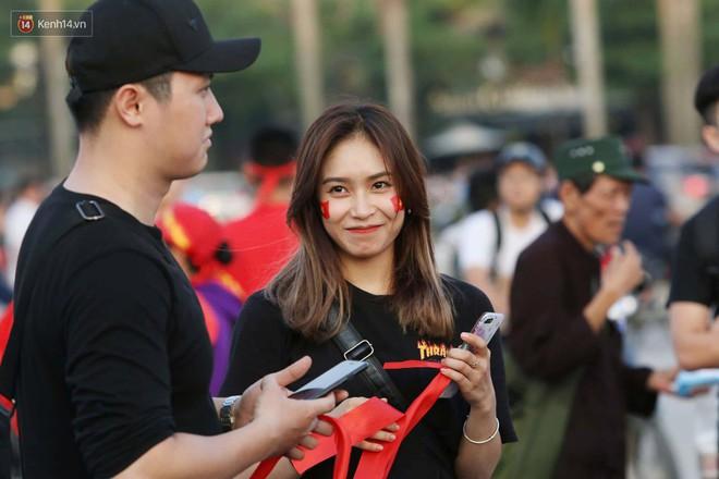 Loạt fan girl xinh xắn chiếm sóng tại Mỹ Đình trước trận bán kết Việt Nam - Philippines - Ảnh 1.